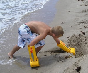 Handtrux Backhoe – Ever wanted to dig giant holes at the beach like a big ass dump truck? Well now you can with the Handtrux Backhoe hand shovels