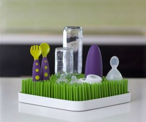 Faux Grass Countertop Dryer Rack – What's cooler than drying your dishes in some fake grass?