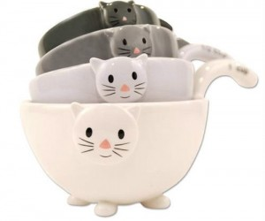 It's not really all that hard to find a gift for your crazy cat lady friend, this one's a pretty good one though. Meowsuring cups, lol.