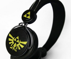 Handpainted Zelda Triforce Headphones – Listen to your favorite sounds of the ocarina with these on.
