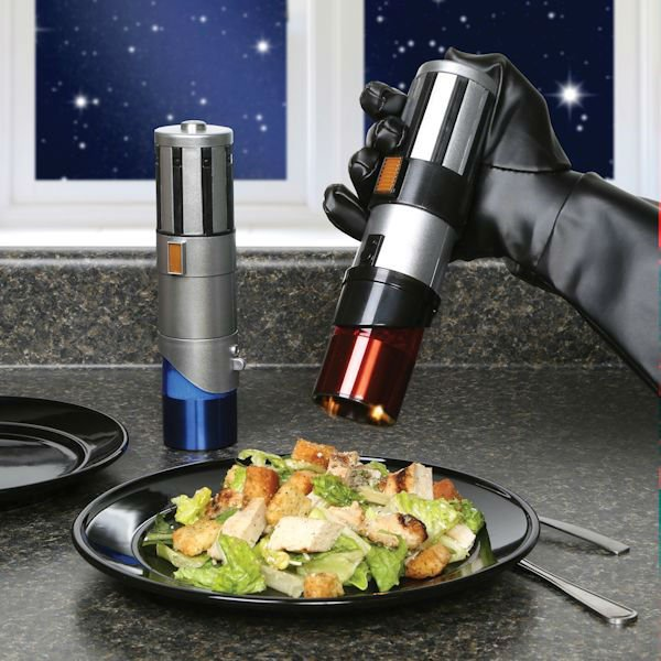 lightsaber-salt-and-pepper-shakers-suatmm